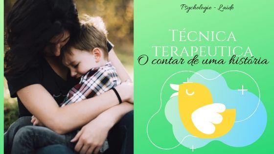Mãe abraçando seu filho que chora, com o letreiro de uma técnica terapêutico: o contar de uma história