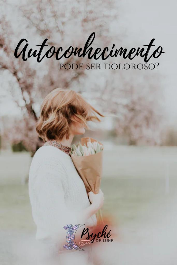 mulher segurando um buquê de flores, olhando para trás
