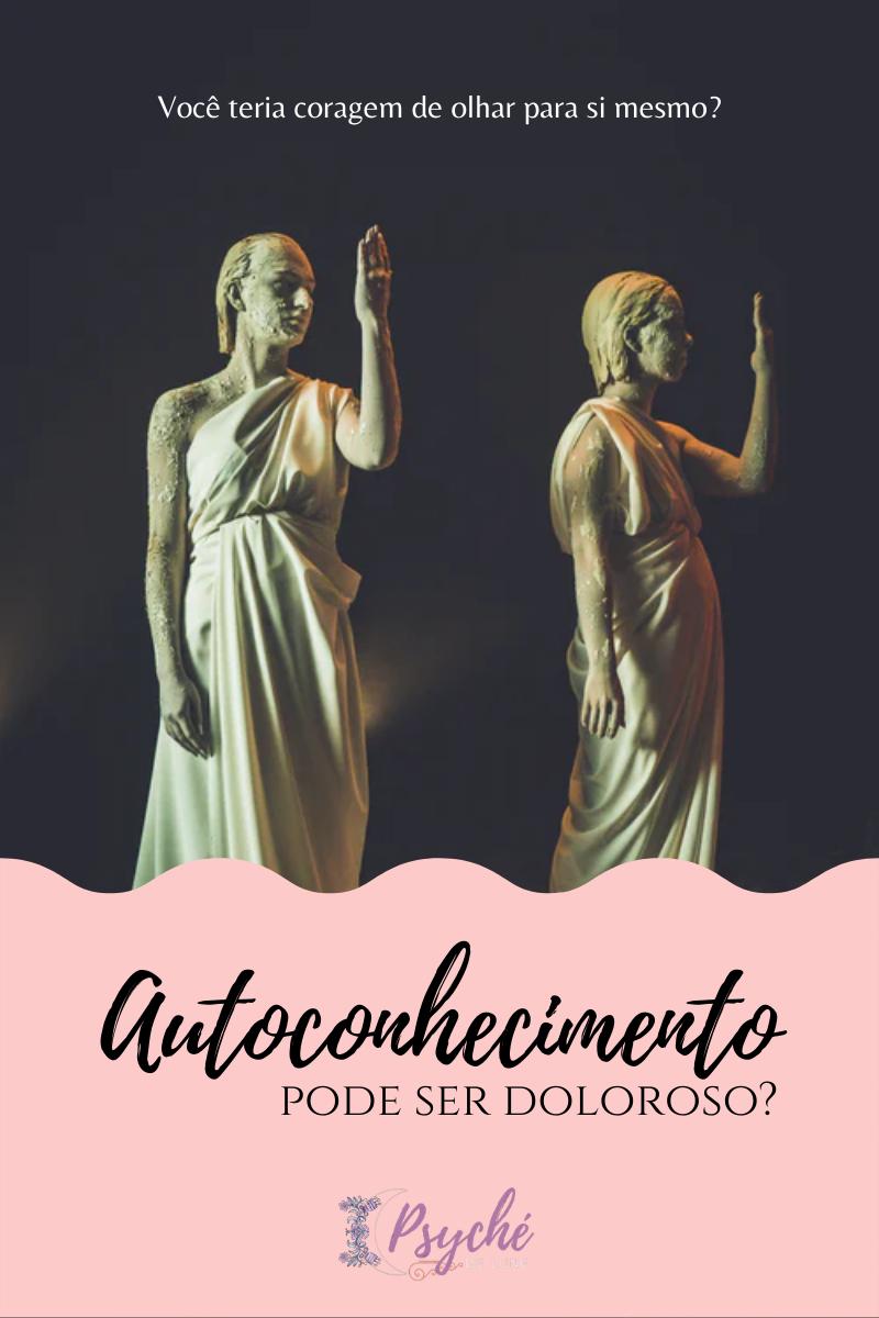 Duas estátuas olhando para suas mãos