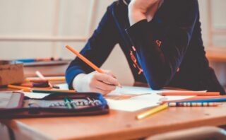 professora lendo fanfic na classe